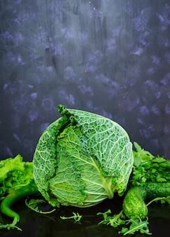 Couve lombarda com pimenta e verduras na superfície escura