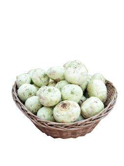 Couve-rábano orgânico ou nabo alemão em uma cesta isolada no fundo branco