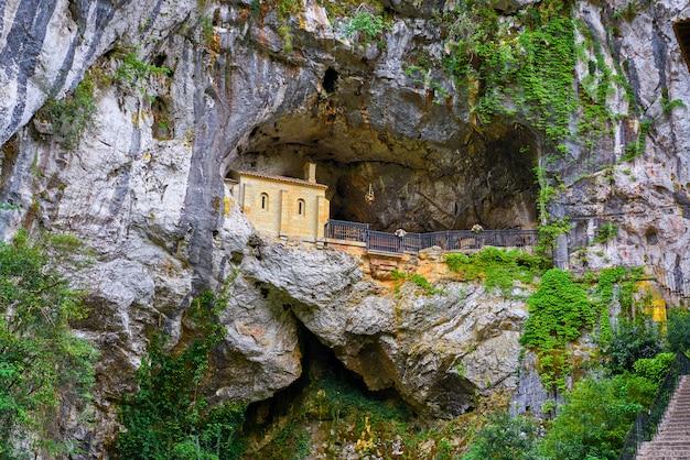 Covadonga santa cave, um santuário católico das astúrias
