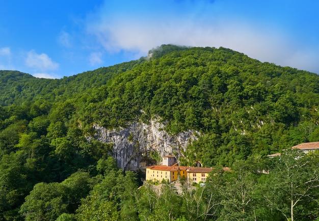 Covadonga santa cueva uma caverna do santuário católico nas astúrias