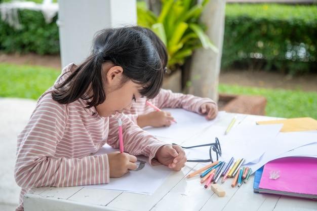Covid-19 coronavirus e aprendendo em casa, conceito de criança da escola em casa.