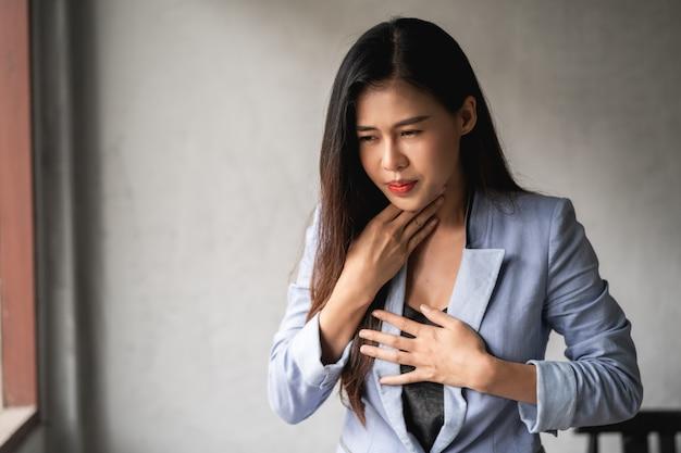 Covid-19 coronavírus pandêmico, mulher asiática tem resfriado e sintomas tosse, febre, dor de cabeça e dores