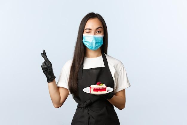 Covid-19, distanciamento social, pequena cafeteria e conceito de prevenção de vírus.