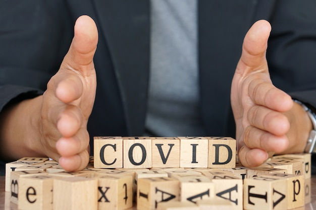 Covid-19 escrevendo em pedaços de madeira semelhantes a um jogo de scrabble