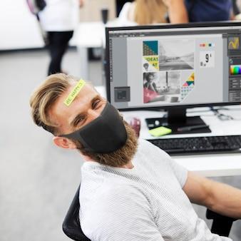 Covid 19, funcionário com a nova máscara de uso normal