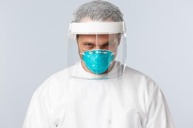 Covid prevenção de vírus profissionais de saúde e close up de conceito de vacinação de determinado médico sério ...