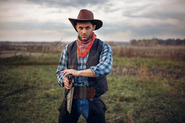 Cowboy brutal com revólver, tiroteio na fazenda