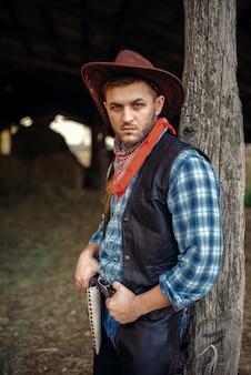 Cowboy brutal de jeans e jaqueta de couro