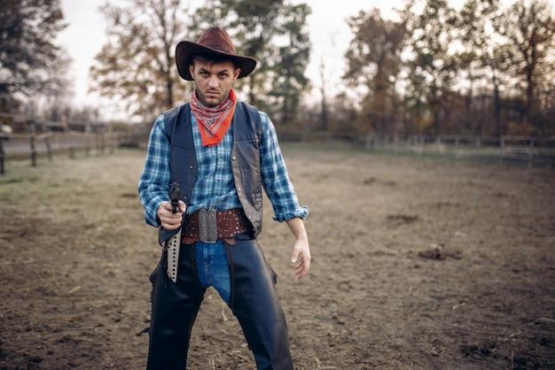 Cowboy com revólver dá um tiro rápido, faroeste