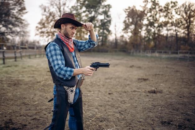 Cowboy com revólver, tiroteio no rancho, faroeste