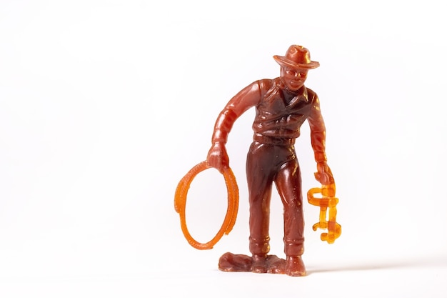 Cowboy de brinquedo vintage marrom isolado no fundo branco