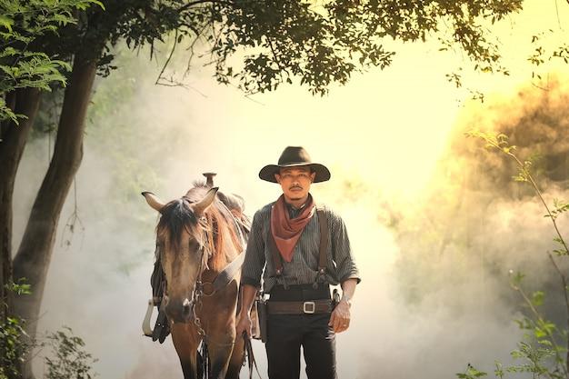 Cowboy e o cavalo na floresta