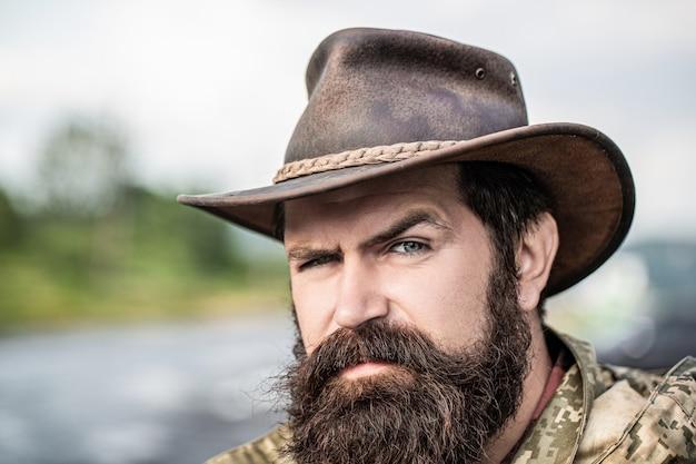 Cowboys de chapéu. belo macho barbudo. vaqueiros com barba por fazer. cowboy americano