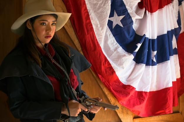 Cowgirl com um estilo gun.life de cowgirl cowgirl.beautiful garota com uma arma.