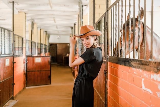 Cowgirl em um grampo de cavalo em uma fazenda