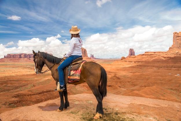 Cowgirl, montando, cavalo, em, monumento, vale, navajo, tribal, parque, eua