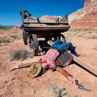 Cowgirl morto deitado no chão, espírito ocidental