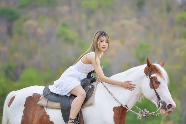 Cowgirl trabalhando em estábulos. conceito de mulher retrô em estilo rancho de cavalos.
