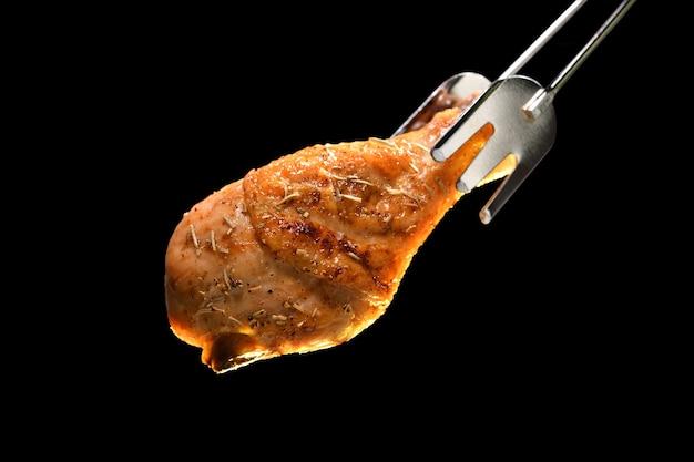 Coxa de frango assada grelhada isolada no preto