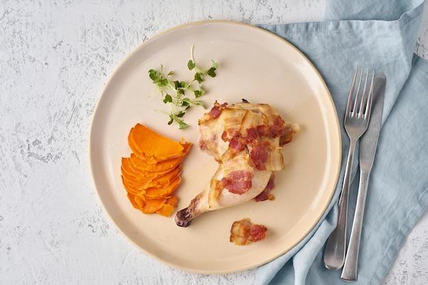Coxa de frango com batata e bacon