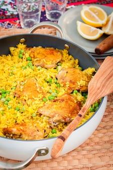 Coxa de frango e arroz com ervilhas verdes