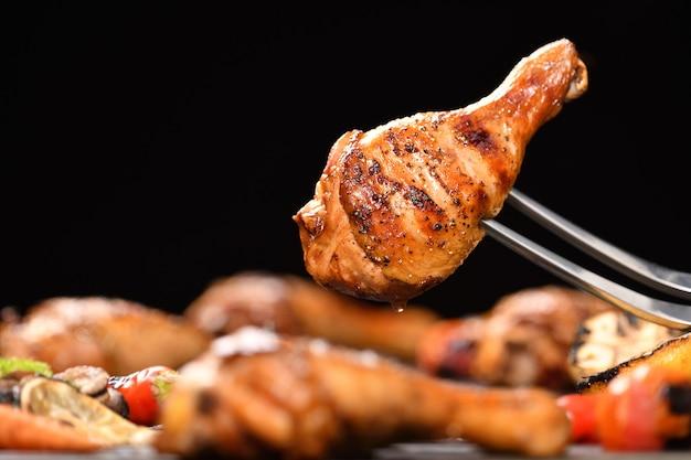 Coxa de frango grelhado com vários legumes na grelha