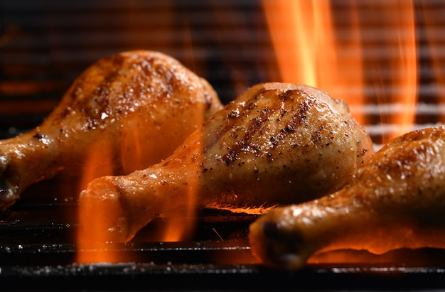 Coxa de frango grelhado na grelha em chamas