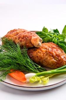 Coxa de frango recheado decorado com cebolinha, cenoura, manjericão e endro