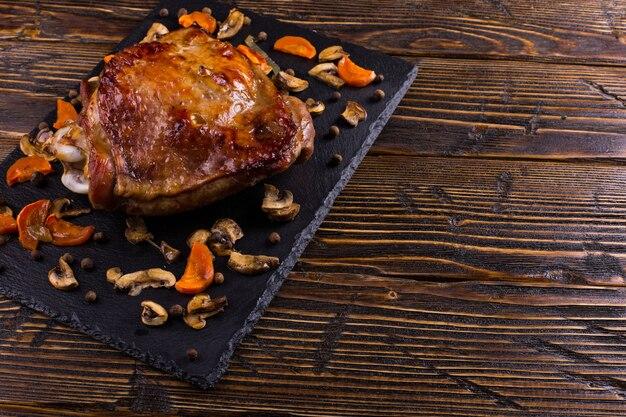 Coxa de peru assada no forno com especiarias na placa de pedra preta