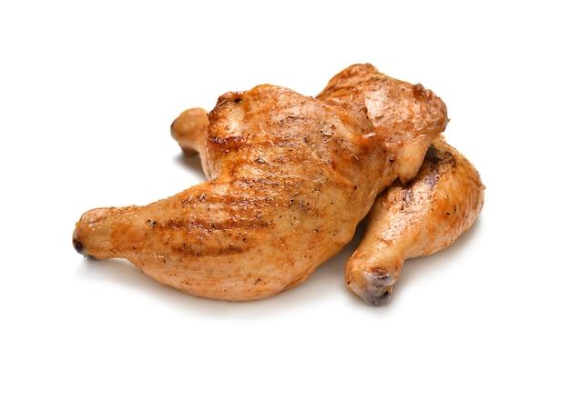 Coxas de frango grelhado isoladas em fundo branco