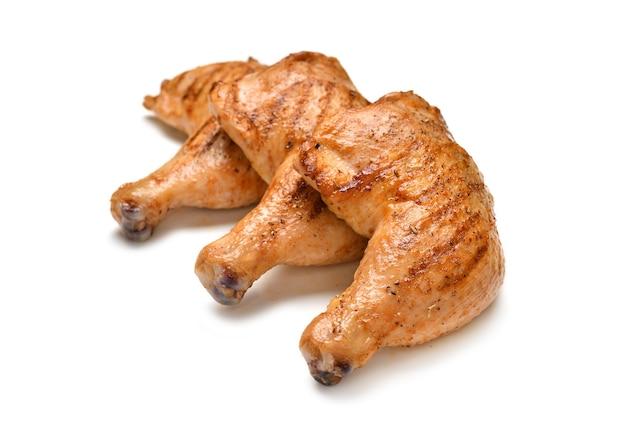 Coxas de frango grelhado isoladas em superfície branca