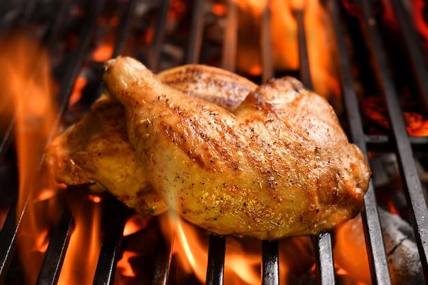 Coxas de frango grelhado na grelha em chamas