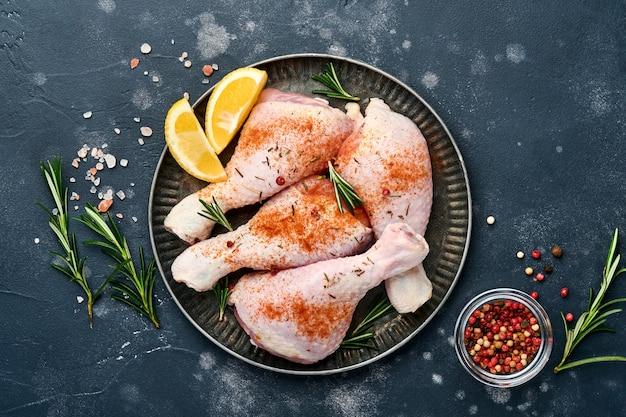 Coxinhas de frango cru com ingredientes para cozinhar em um fundo de pedra preta. fundo de comida,
