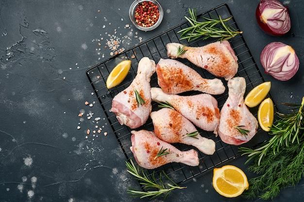 Coxinhas de frango cru com ingredientes para cozinhar