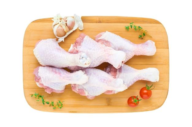 Coxinhas de frango cru fresco em uma placa de madeira