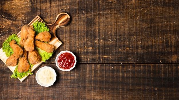 Coxinhas de frango frito com ketchup e espaço de cópia