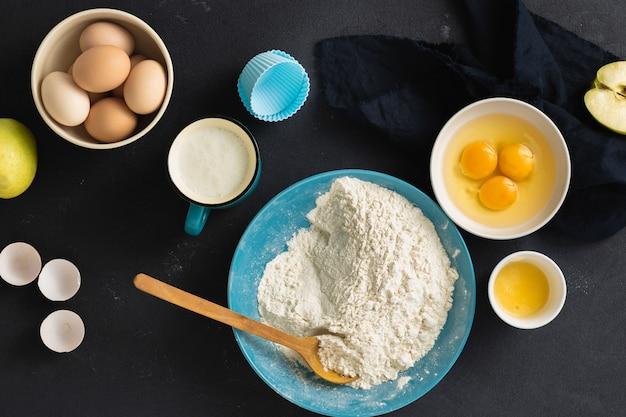 Cozer os ingredientes para cozinhar torta de maçã caseira, vista superior