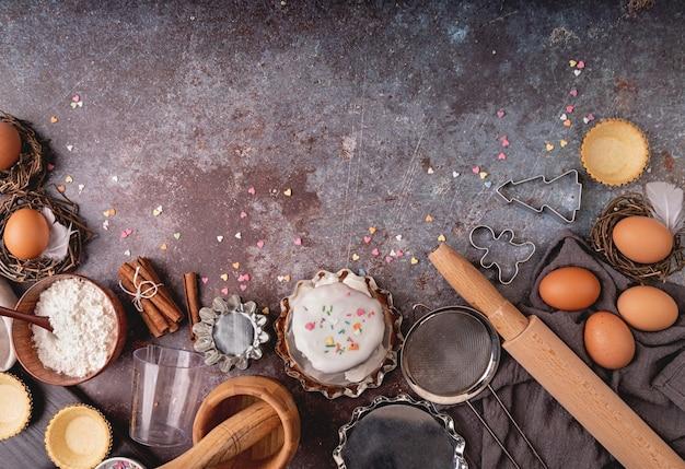 Cozer os ingredientes para uma vista superior do bolo no fundo escuro áspero