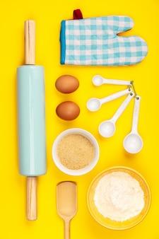 Cozer ou cozinhar ingredientes sobre fundo amarelo, plana leigos