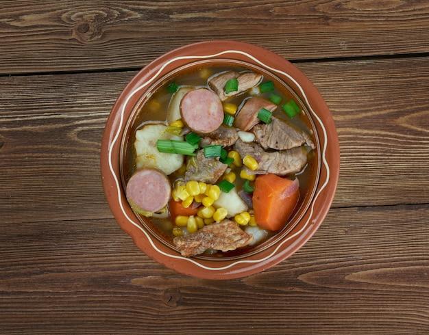 Cozido à portuguesa - ensopado tradicional de carnes e vegetais diferentes. cozinha portuguesa e espanhola