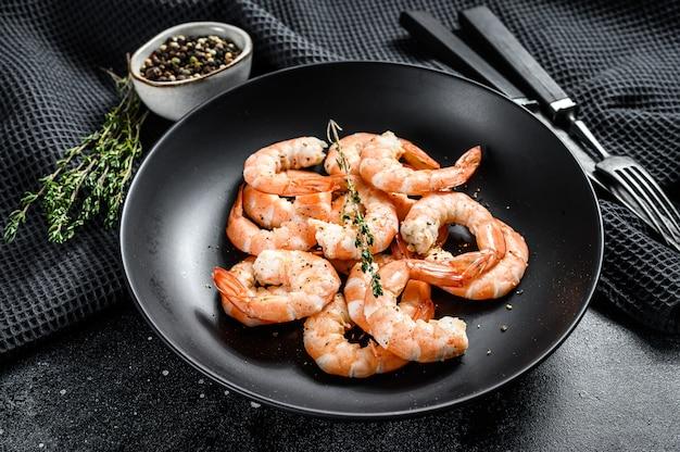 Cozido de camarão descascado, camarão em um prato. vista do topo