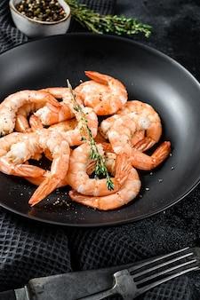 Cozido de camarão descascado, camarão em um prato.
