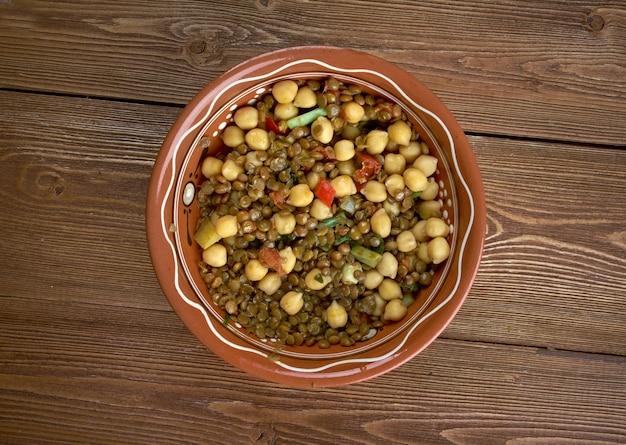 Cozido de lentilhas caseiro do leste oeste - comida mexicana e com sabores indianos