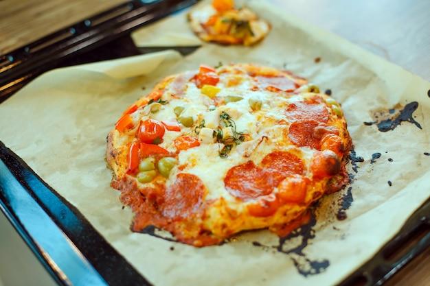 Cozido de pizza caseira em uma assadeira em uma assadeira