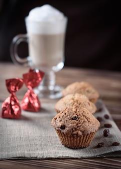Cozimento caseiro: cupcakes com passas doces em pano de linho em um fundo de madeira.