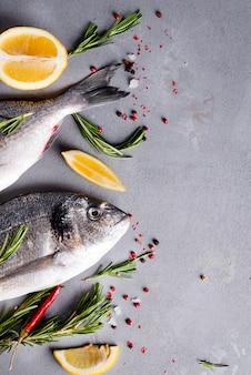 Cozimento e ingredientes crus dos peixes.