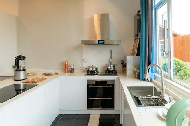 Cozinha aberta com decoração moderna