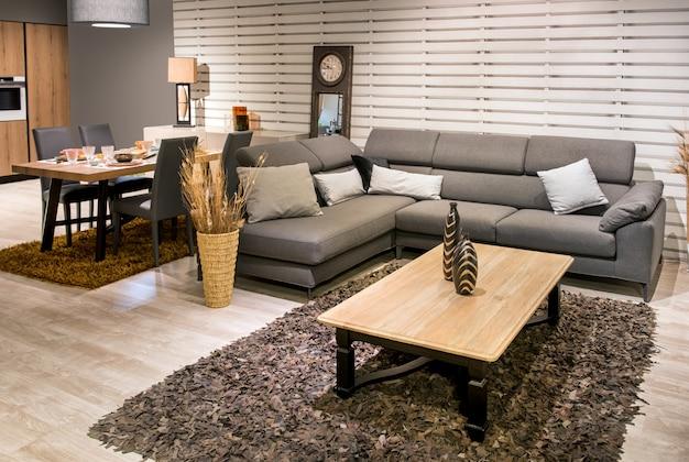 Cozinha aberta, sala de jantar e sala de estar