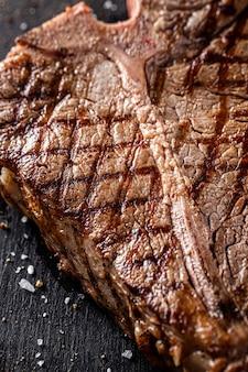 Cozinha americana. bife t-bone grelhado suculento grelhado com especiarias e sal. fechar-se
