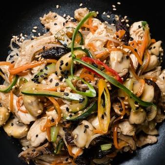 Cozinha asiática. comida saudável. alimentação equilibrada. salada de legumes com cogumelos e frango